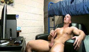 Muscle guy enjoys handjob